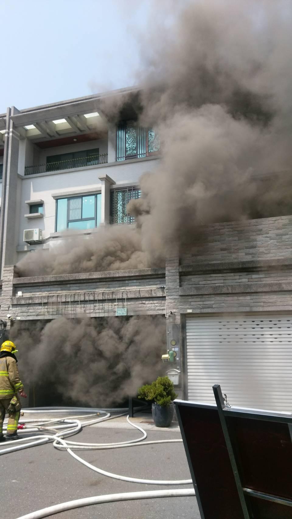 4樓透天民宅從2樓處傳出濃煙,警消先救出一名11歲的女童,沒想到自己同仁卻命喪火窟。(警消提供)