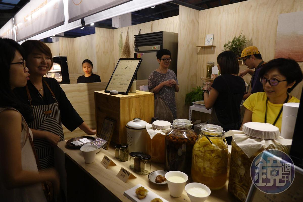 喫咖啡吧的「COFE X Fika Fika Cafe 中秋限定版的吃的咖啡」。(顧瑋提供)