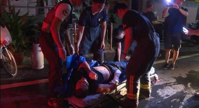 因官司纏身陳男想不開引瓦斯氣爆,從二樓被炸彈飛到一樓,痛到全身發抖。(警消提供)