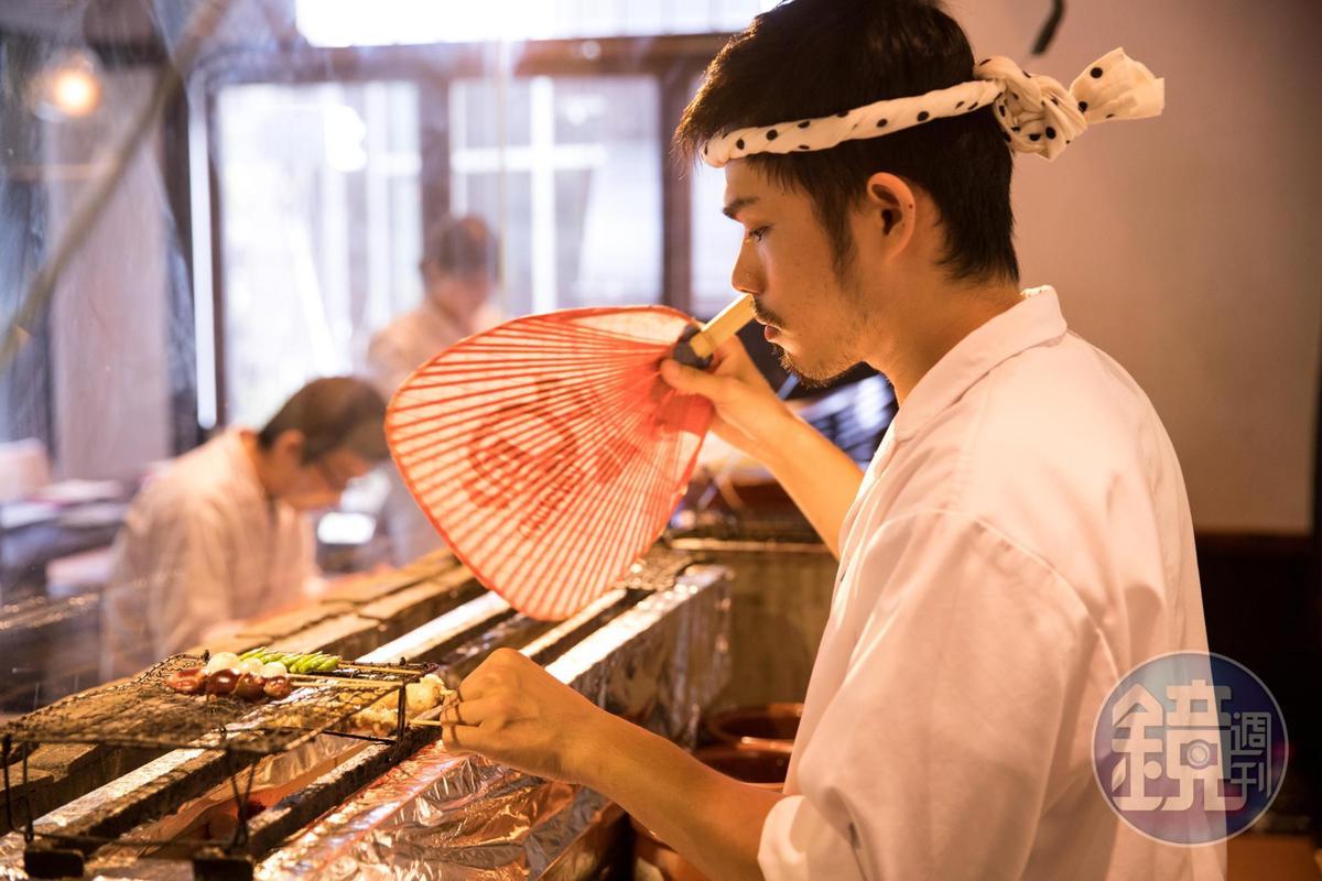 料理長李承勳動作細膩,對於燒鳥、冷熱料理皆有鑽研。