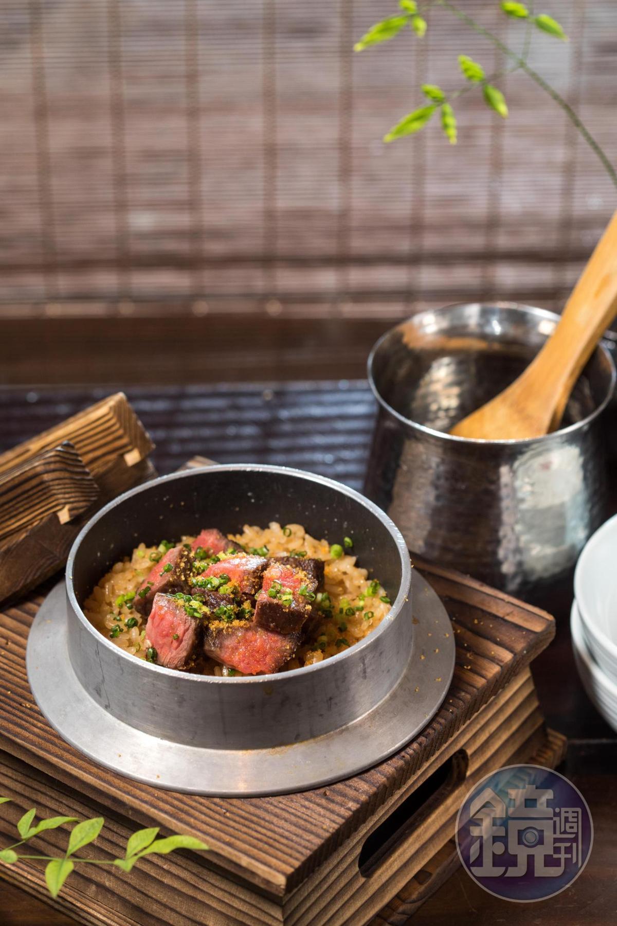 「和牛釜飯」將越光米與柴魚高湯、醬油,從生米煮成熟飯,澳洲和牛的翼板炭烤至3分熟,再刨下烏魚子粉,澎湃飽滿。(750元/份)