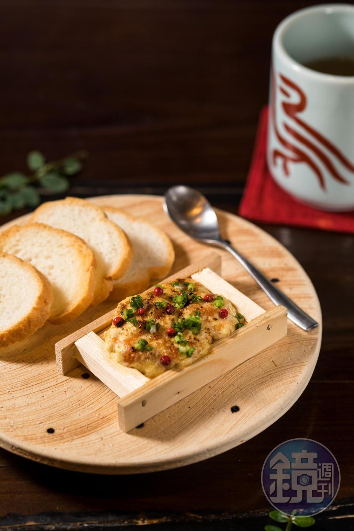 「炙燒海膽箱」海膽鋪上一層美乃滋厚被,點綴其上的紅胡椒粒迸發清新香氣。(450元/份)