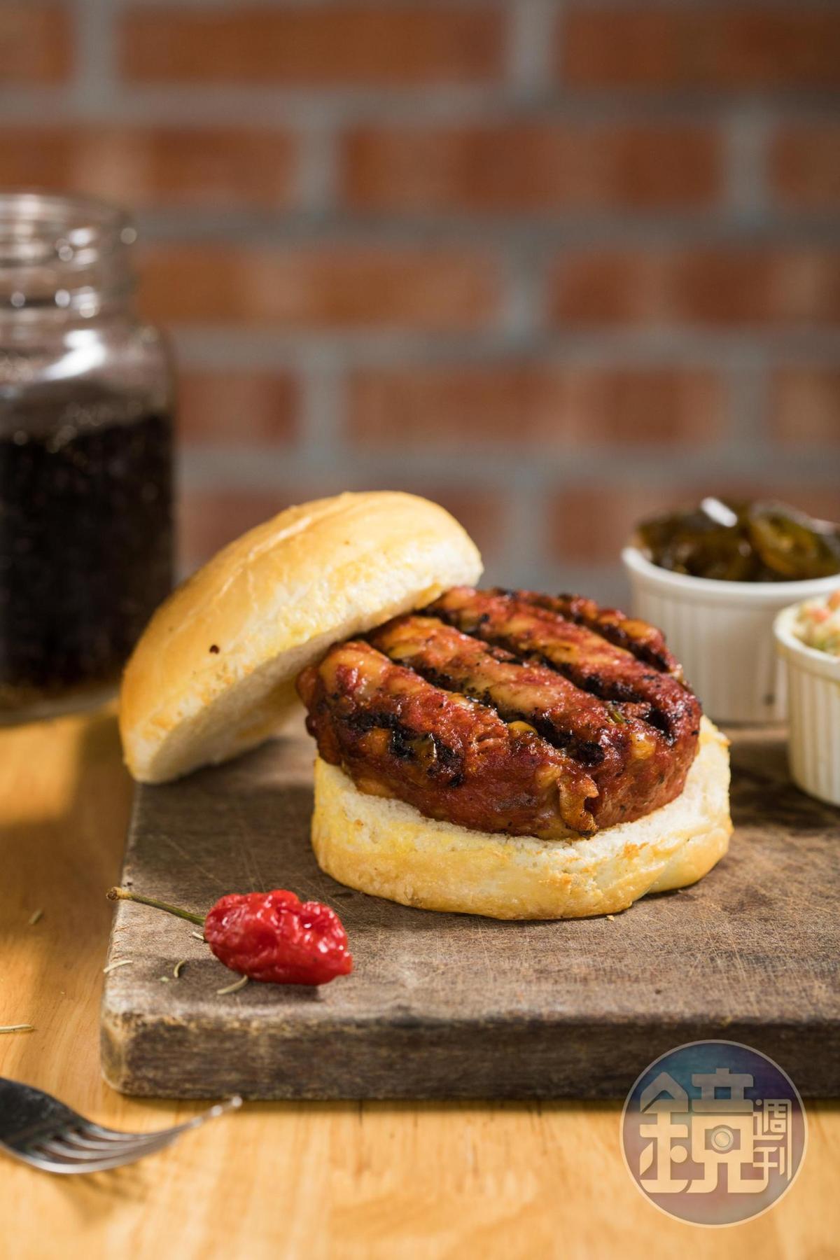 外型樸素的「美式煙燻厚肉餅堡」,大口咬很療癒。(200元/份)
