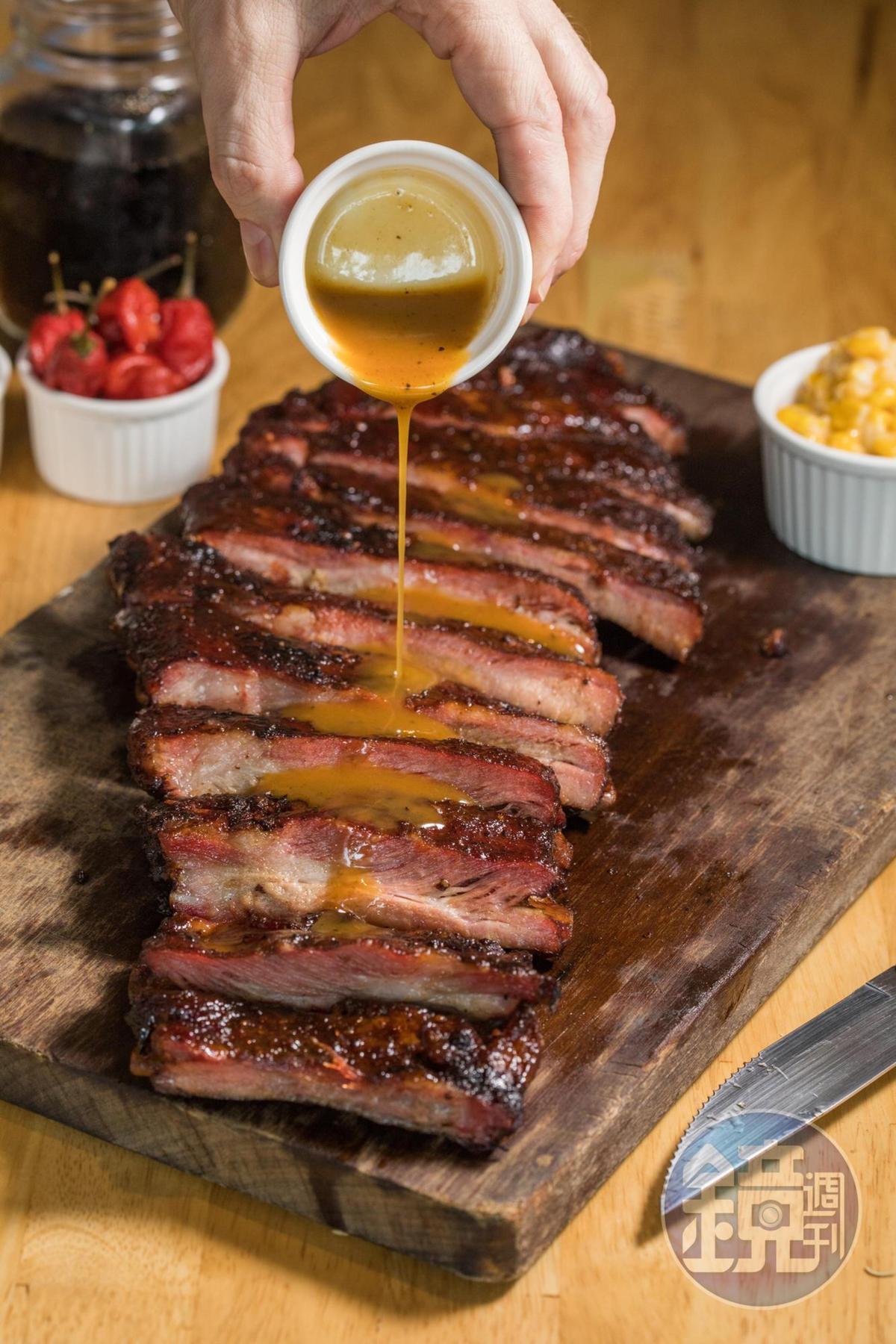 剛烤好的豬腩肋排,淋上德州黃醬,撲鼻惹味。