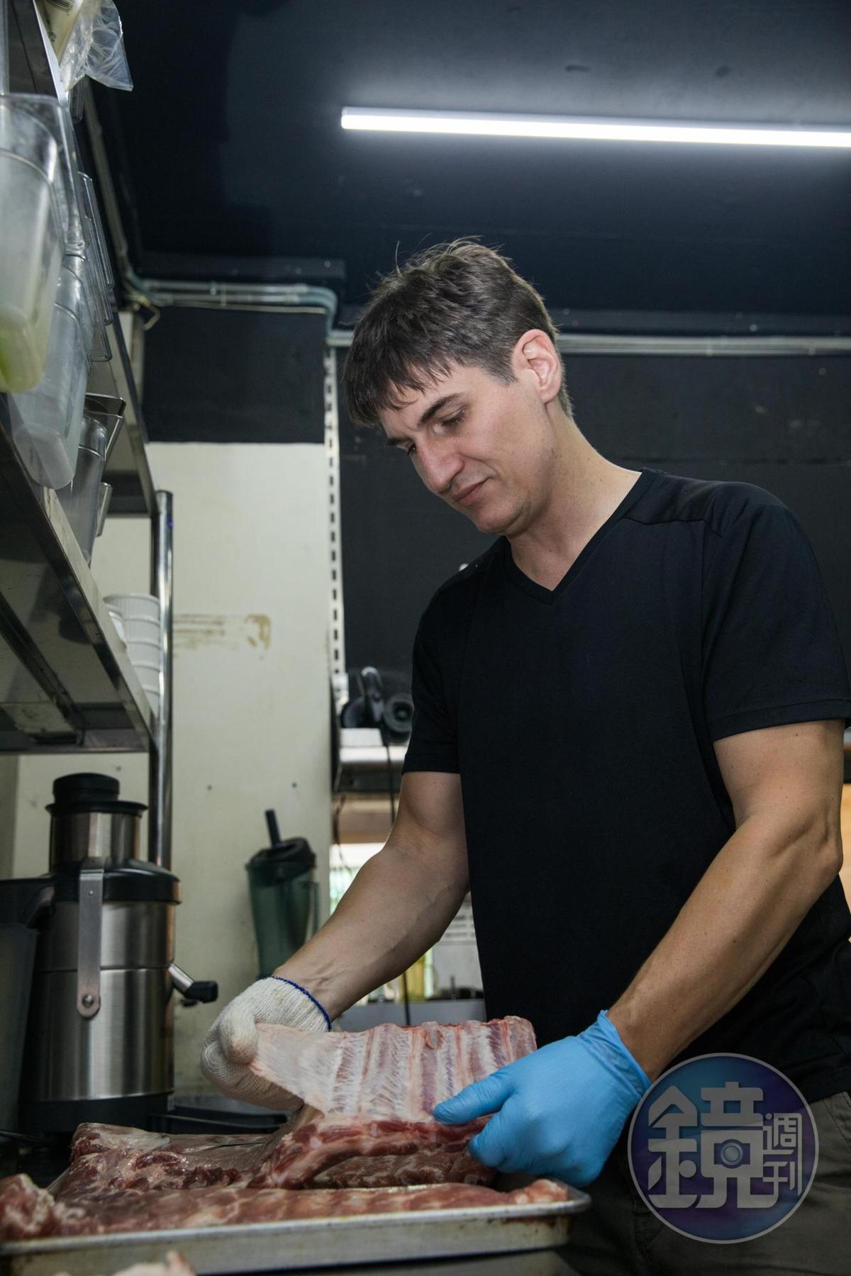 手工剝除薄膜,是燻烤肋排的前置作業。