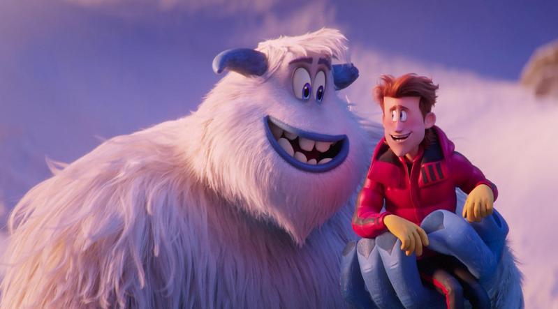 動畫《小腳怪》的主角「米果」(左),是體型高大、個性單純的天然呆雪怪,碰上人類就鬧出一連串笑話。(華納兄弟提供)