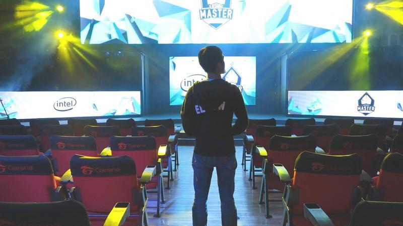 大舞台前的光彩是由選手和許多幕後電競職人共同努力的成果。