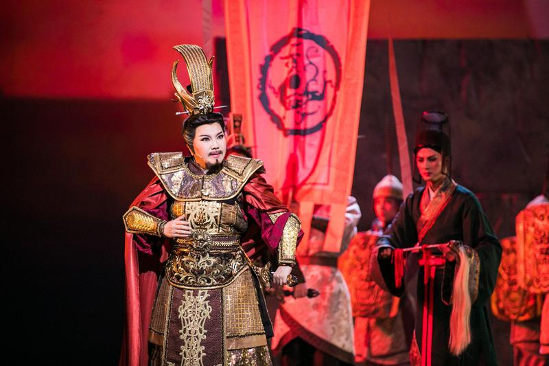 唐美雲飾演漢武帝在處理國家大事之餘,在家庭生活也面臨許多難題。(國家兩廳院提供)