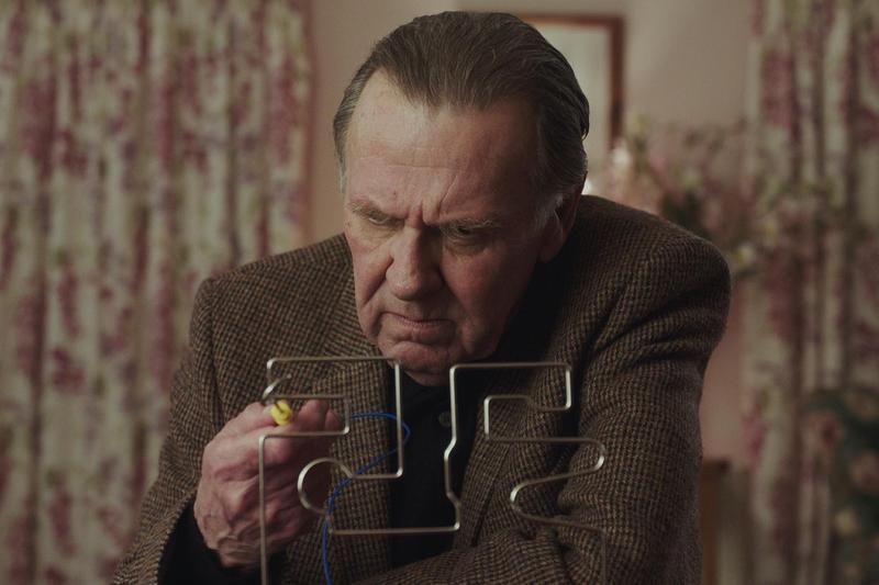 電影《一週斃命:不死退費》由英國國寶級演員湯姆威金森主演。(采昌提供)