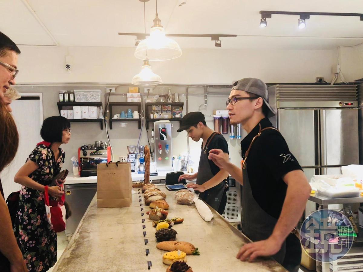 Just in bakery是非典型麵包店,只有一張水泥台展示麵包。客人不動手,只動口點單。