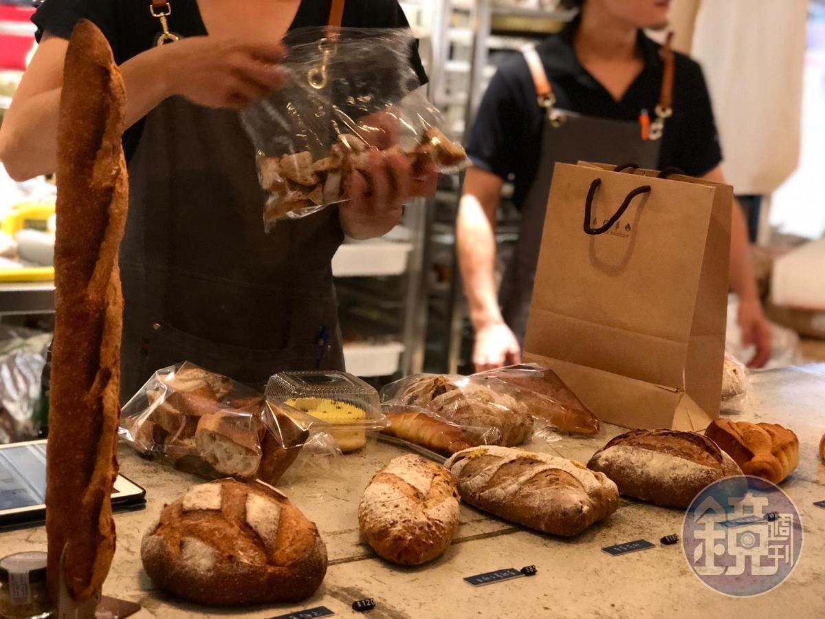 客人點單後,再從廚房後台拿麵包包裝。