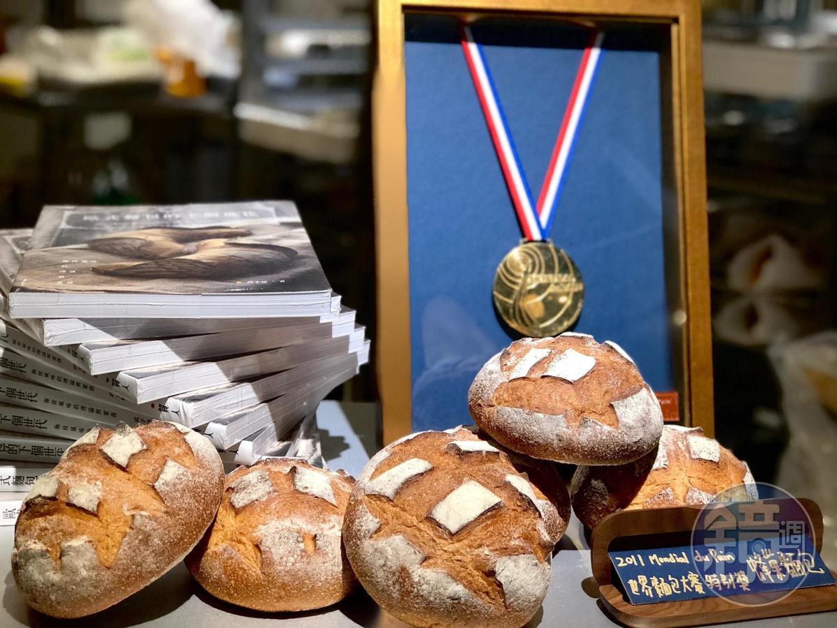 讓武子靖奪下法國第三屆世界麵包大賽甜麵包特別獎的蜂巢麵包與獎牌。