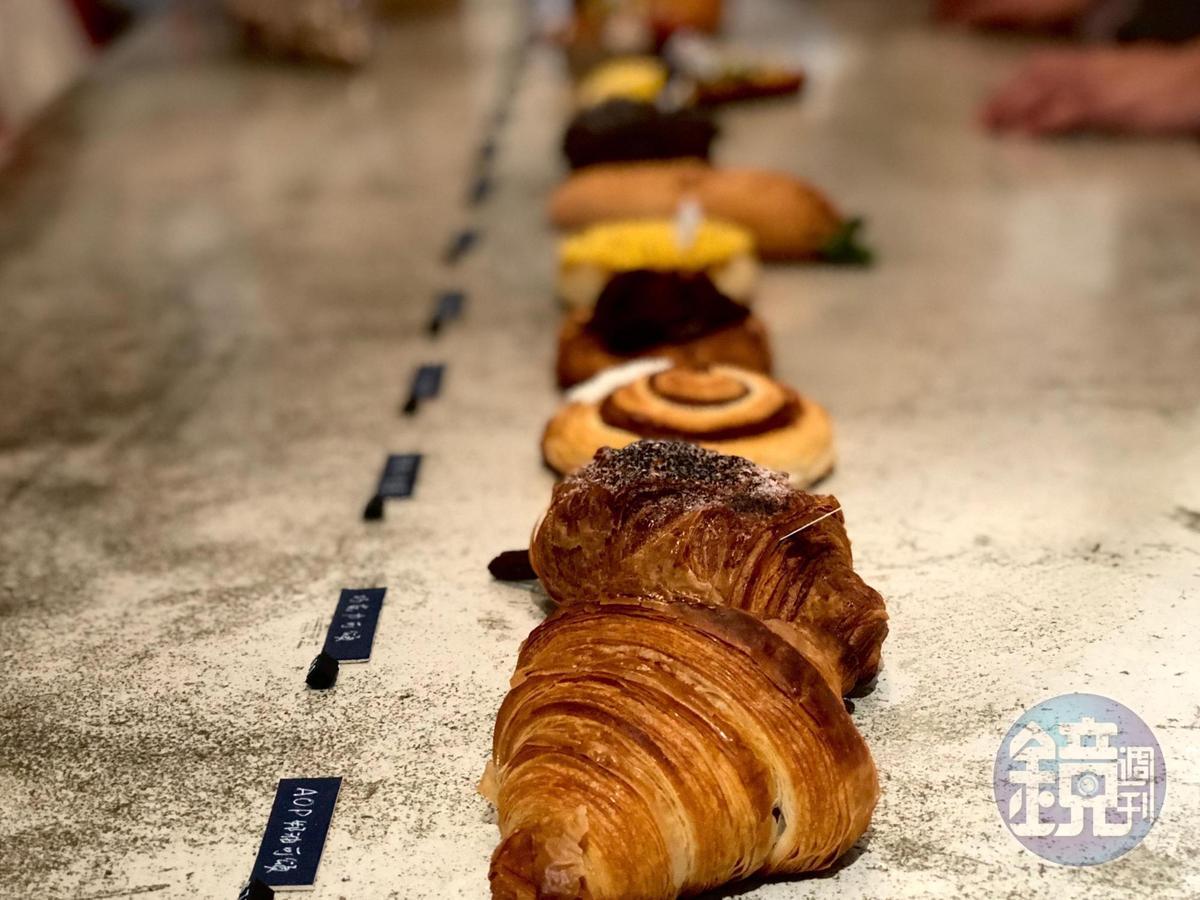 水泥桌上擺的是烤硬的麵包,也是今日菜單。