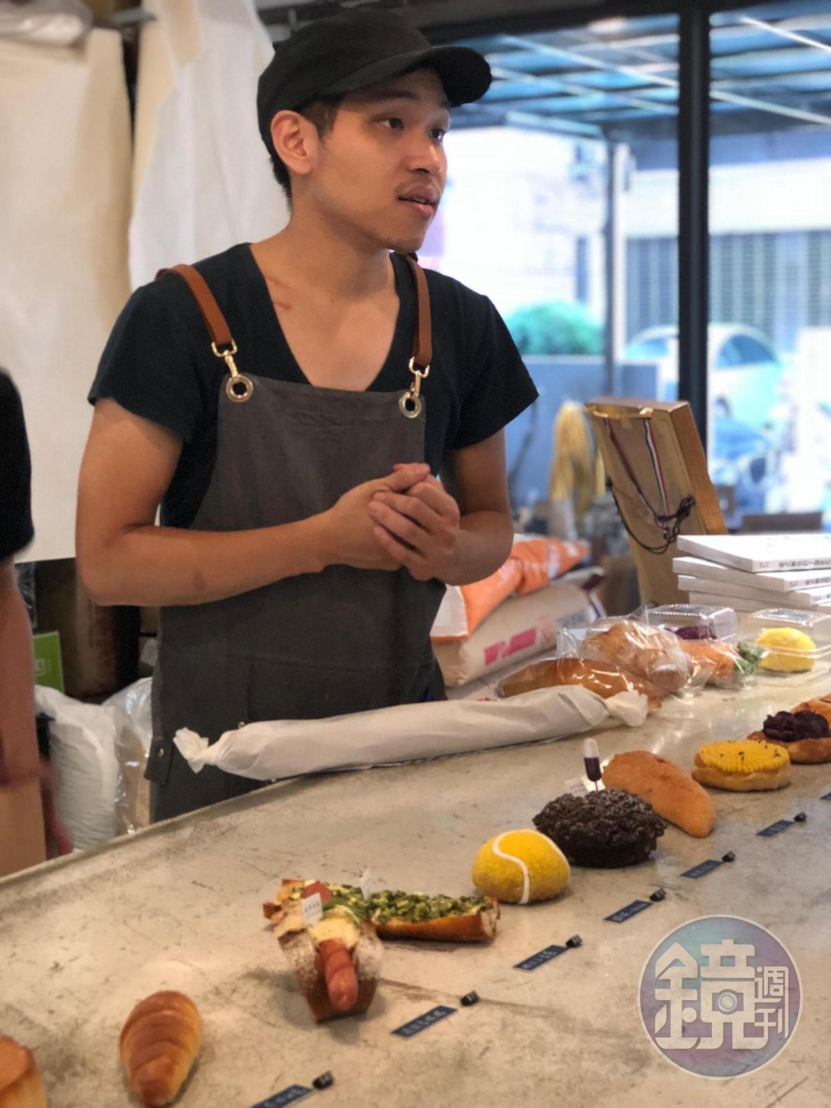 由製作麵包的師傅親自為客人解說。