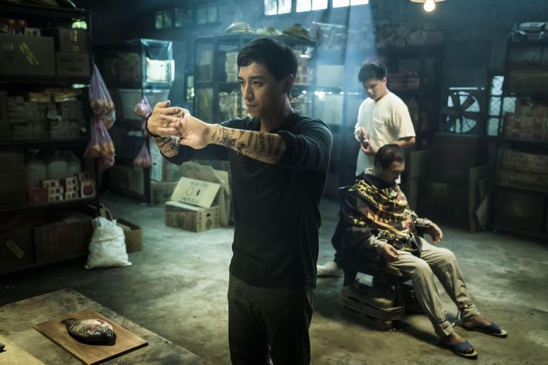鄭人碩在片中飾演「虎爺」乩身,雙手刺滿經文,每次上戲要花7個小時描繪。(威視提供)