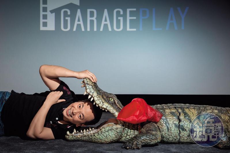 張心望喜歡的電影類型多元,經營事業勇於創新,成功建立了車庫娛樂品牌形象。他最近的心頭好是日片《每天回家老婆都在裝死》裡的這隻大鱷魚。