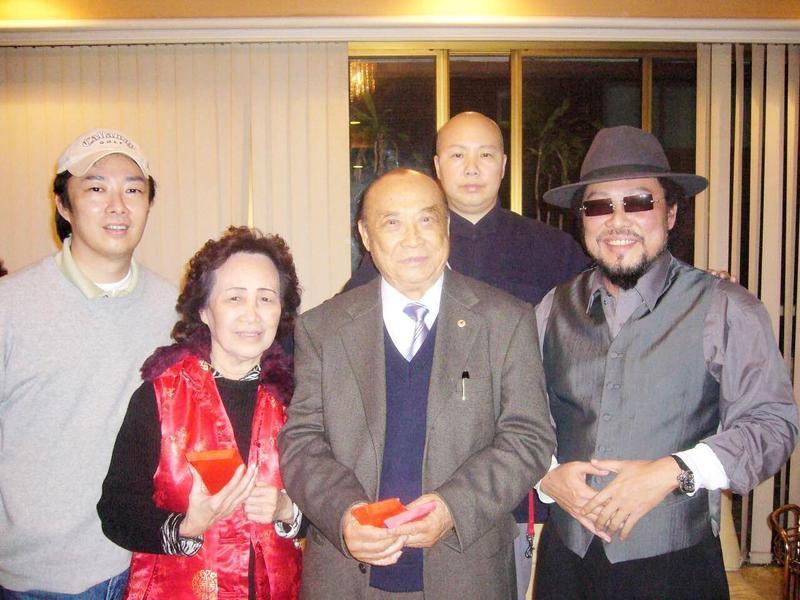 費玉清(左)侍奉雙親(左二、左三)無微不至,曾為了年老的父親減少工作量,盡量陪伴。(翻攝安徽衛視官網微博)