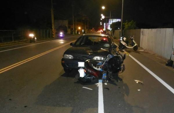 台中1名蔡姓婦人,昨晚駕車疑恍神衝進對向車道撞上1輛機車,造成共乘機車的2個大人、2個幼童受傷。(警方提供)