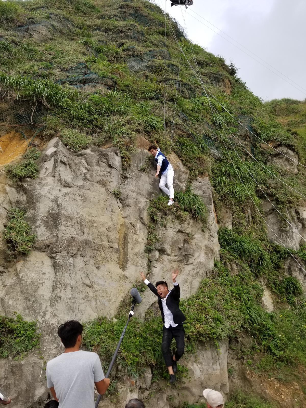 黃少祺和謝承均拍攝墜崖戲。(三立提供)