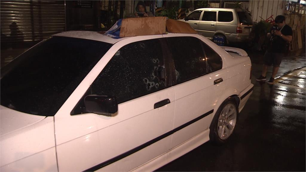 黃姓男子的轎車,遭十餘枚鎮暴槍子彈射破車窗。(翻攝畫面)