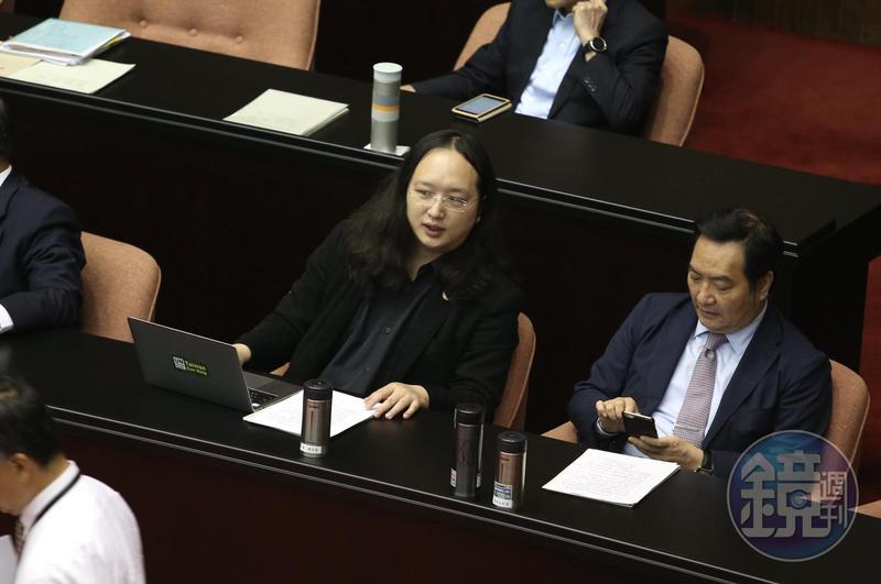 政務委員唐鳳(右2)的弟弟唐宗浩涉入猥褻女童案件,唐鳳對此事表達訝異。