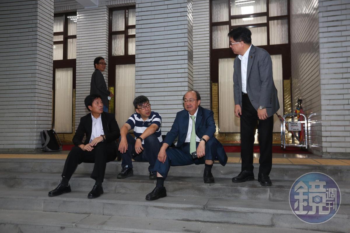 民進黨團總召柯建銘(右2)等人在議場後門迎接賴清德。