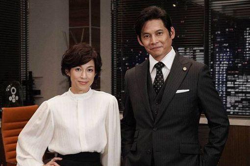 鈴木保奈美和織田裕二自《東京愛情故事》後,相隔27年再度合作《SUITS》。(翻攝自新浪娛樂)
