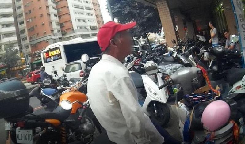 涉嫌偷機車的鍾男被警方在超商前查獲。(警方提供)