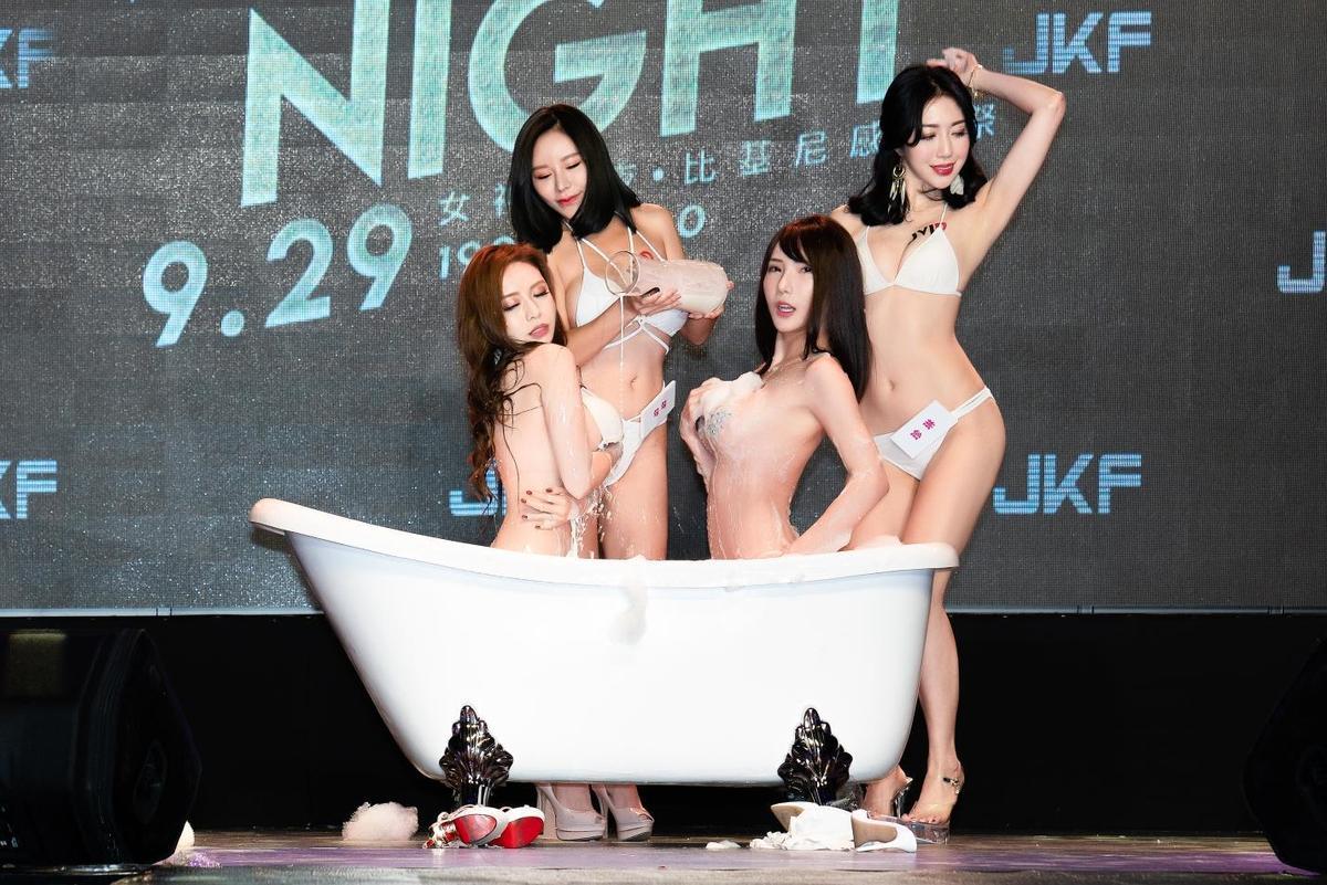 JV Girls搶先帶來香豔刺激牛奶浴,傲人雙峰浸泡在牛奶池裡,讓人充滿無限遐想。(JKF 提供)