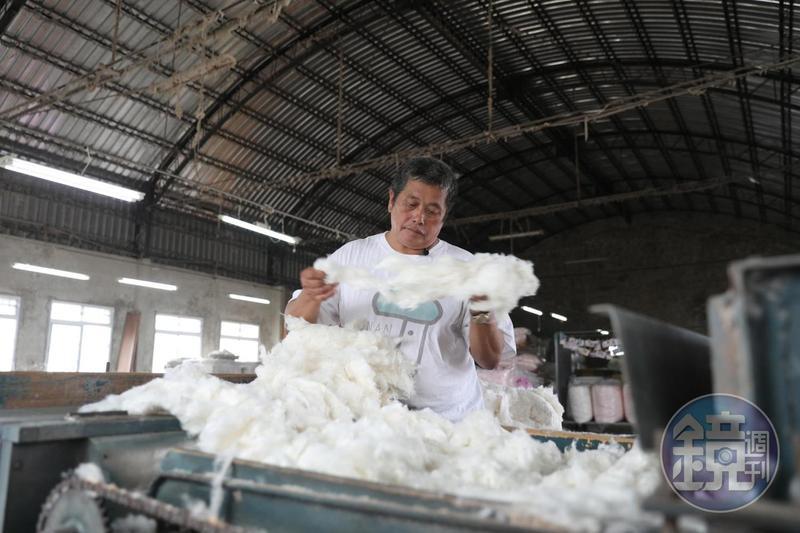 製作棉被的第一道功夫是「梳棉」。