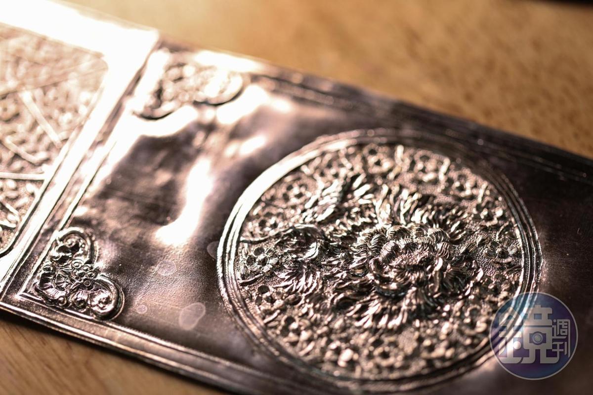 用鐵鎚與釘子一個個鑿出來的圖案,有種精緻恆久的美。