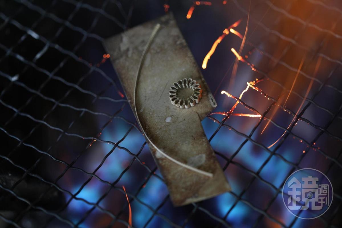 放在火上,就能將黏在一起的八層金屬絲線燒開。