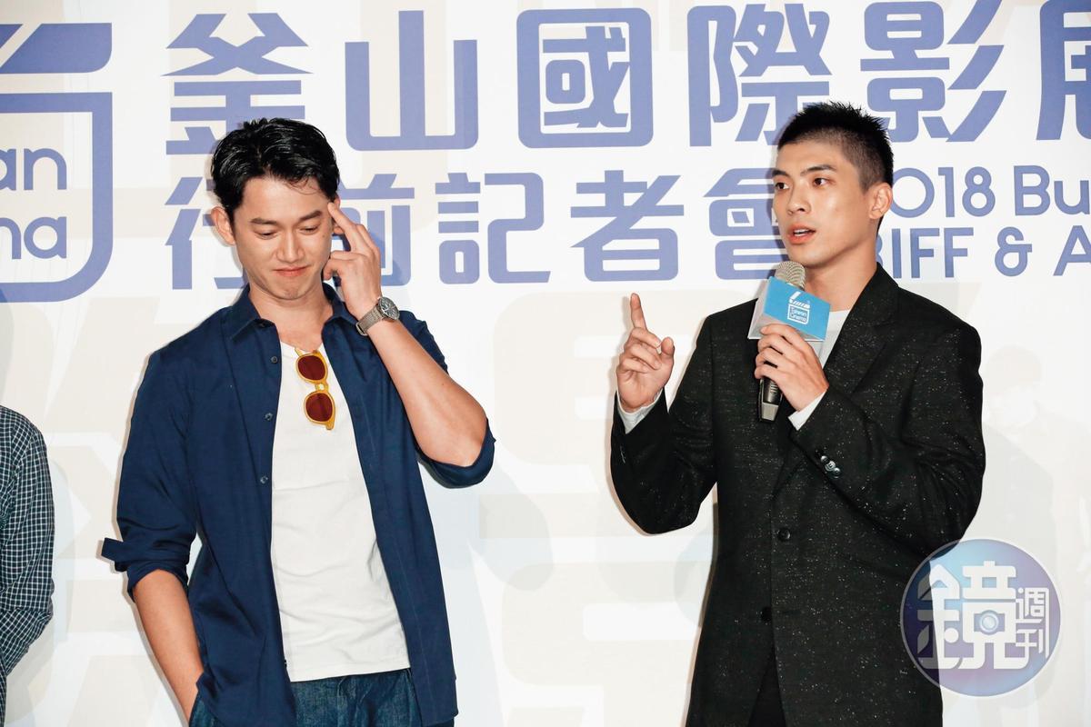 吳慷仁(左)活動他的中指,雖然應可說是無心之舉,但配圖配在前女友嬉春的畫面旁邊,也算應景。
