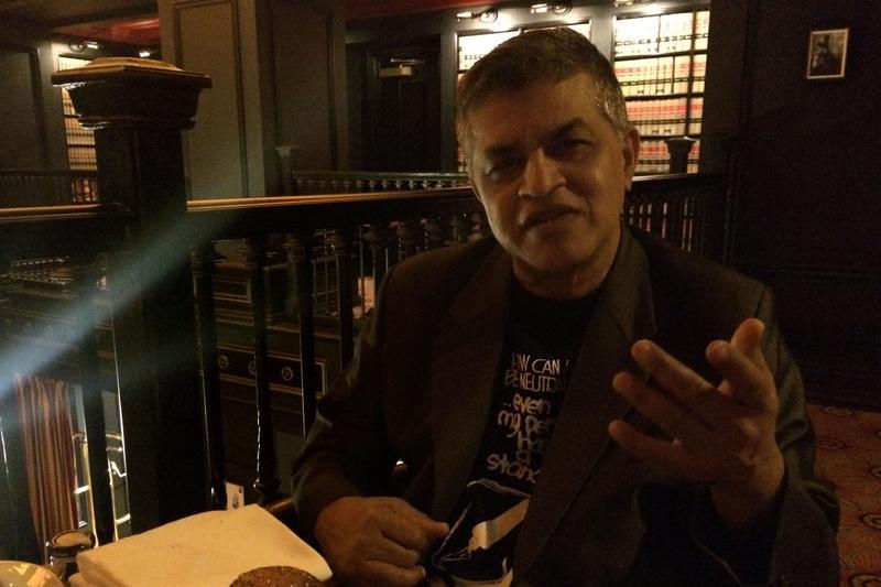 少年時的祖納(Zunar)熱愛單格政治漫畫。為了參與美國社論漫畫協會年會,他入住以收藏此類漫畫著名的市民飯店(Citizen Hotel)。