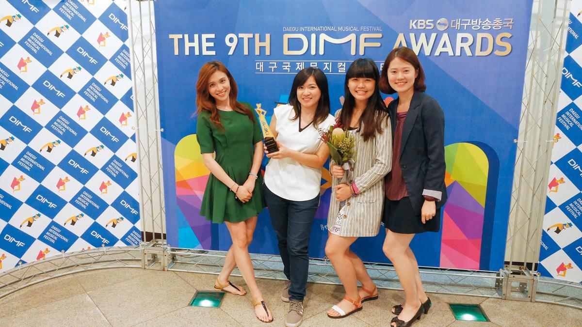 《不讀書俱樂部》獲大邱國際音樂劇節「評審委員特別獎」,張芯慈(左二)手捧獎盃與女主角陳品伶(左一)及友人合影。(張芯慈提供)