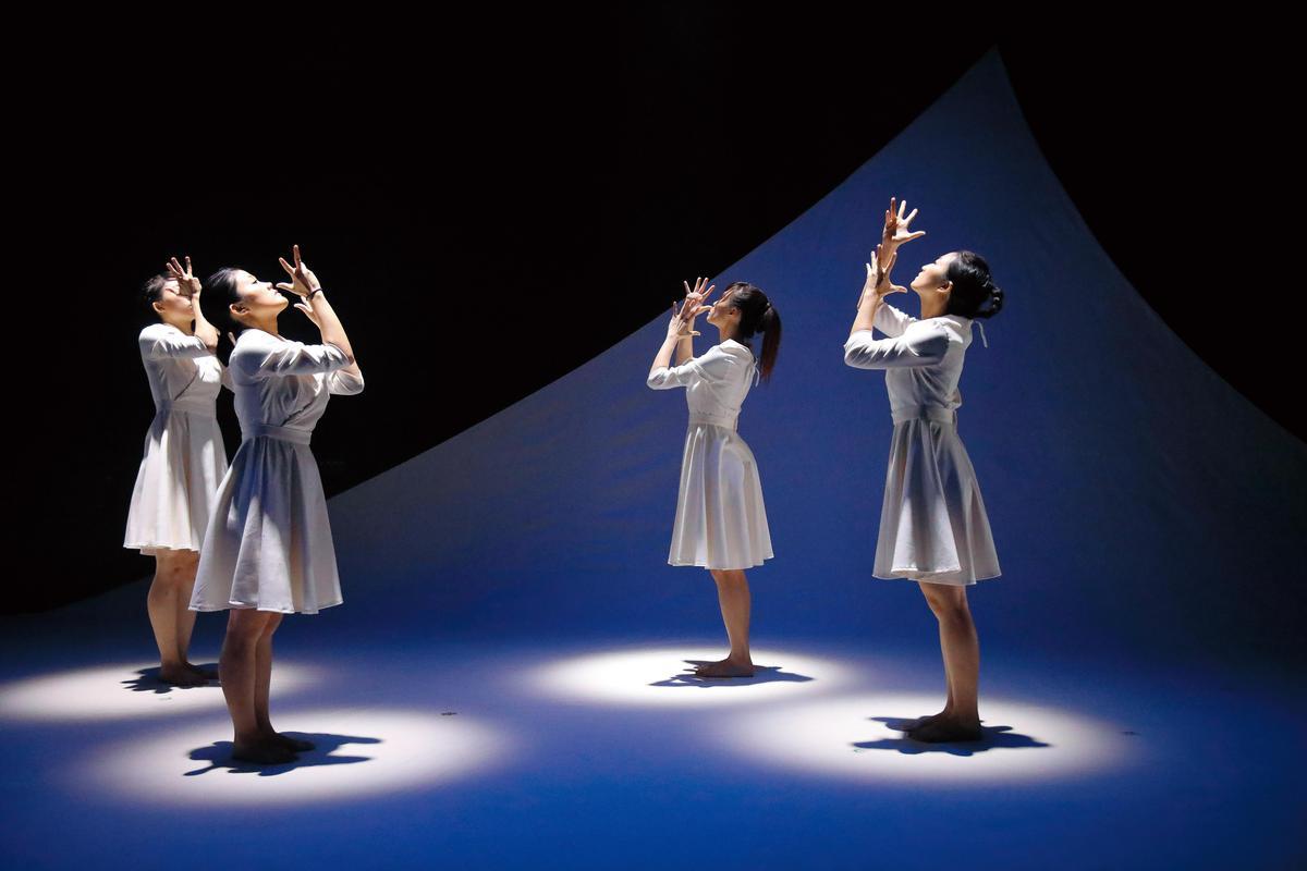 以全本歌曲方式創作的《最美的一天》,透過多媒體、光影與偶的輔助來說故事,獲世界劇場大賽燈光金獎。(C Musical 提供)