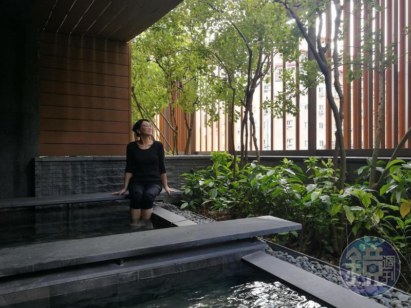 晶泉丰旅9月新開的「泉咏」藝廊,裡頭還有溫泉池可以舒服泡腳。