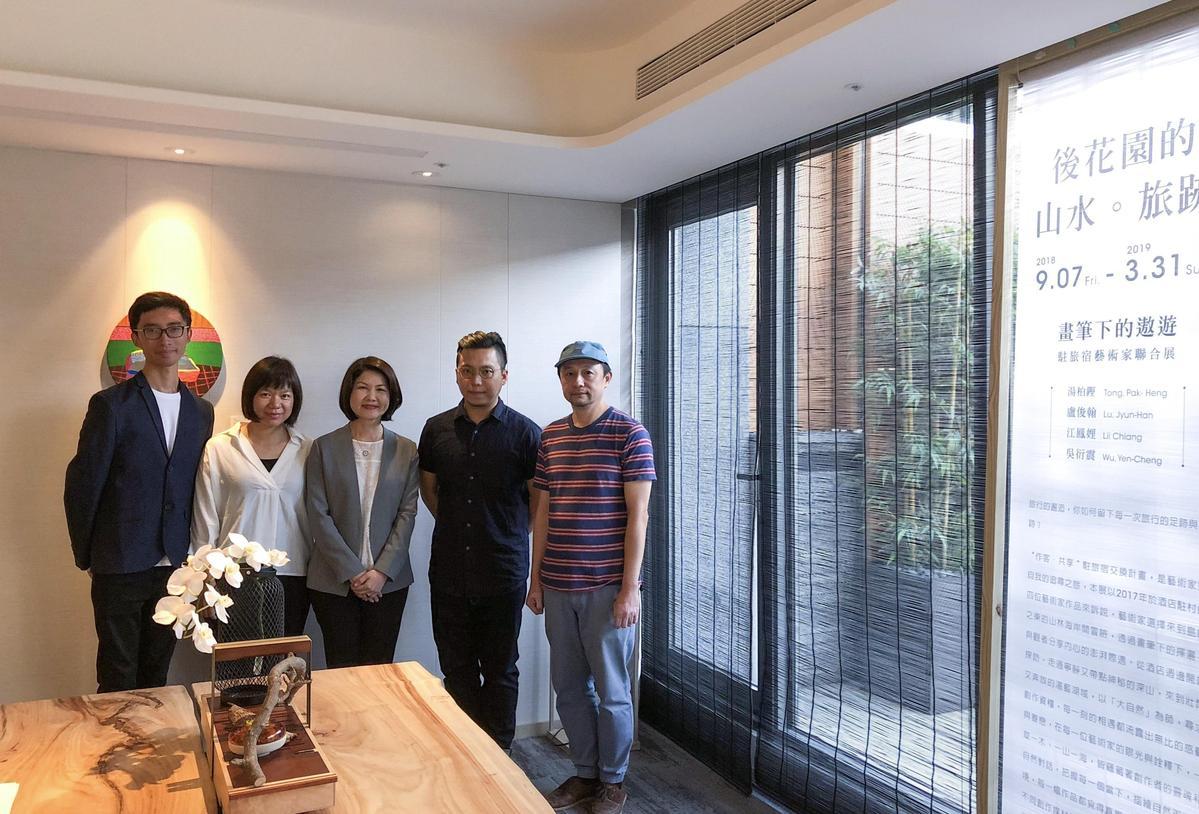 晶泉丰旅總經理陳惠芳(中)與這次「後花園的山水。旅跡」展覽藝術家。(晶泉丰旅提供)