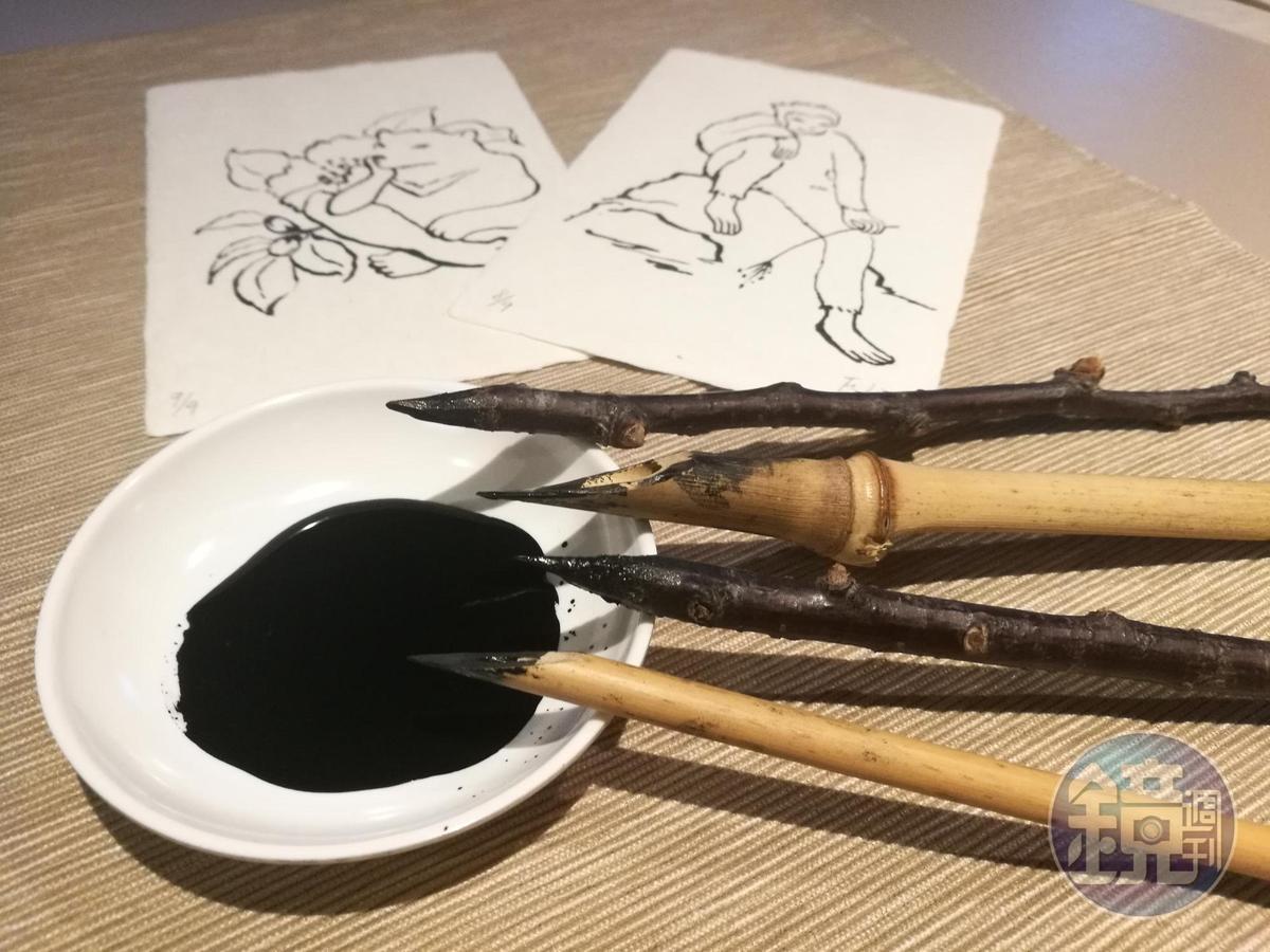 從小生活在山中的江鳳娌,以大自然的竹子、樹枝為筆,教客人以枯筆沾墨做畫。