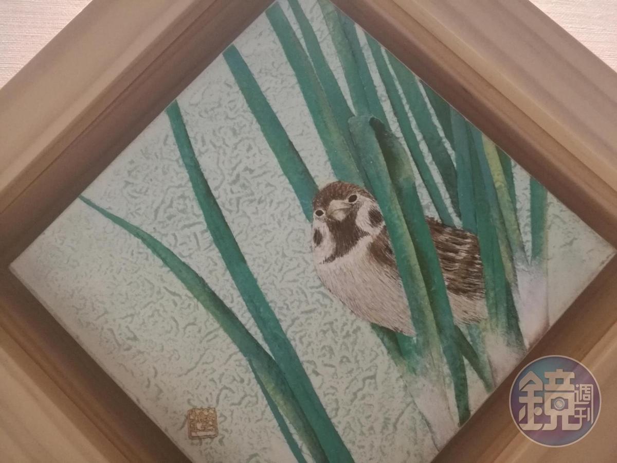湯柏鏗將宜蘭三星蔥與創作主角麻雀,手繪完成膠彩畫。
