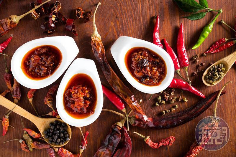 「第八村辣椒醬」以5種辣椒及5種花椒為基底,再分別加入馬告、蝦米和香菇,製作出3款辣椒醬。(皆250元/瓶)