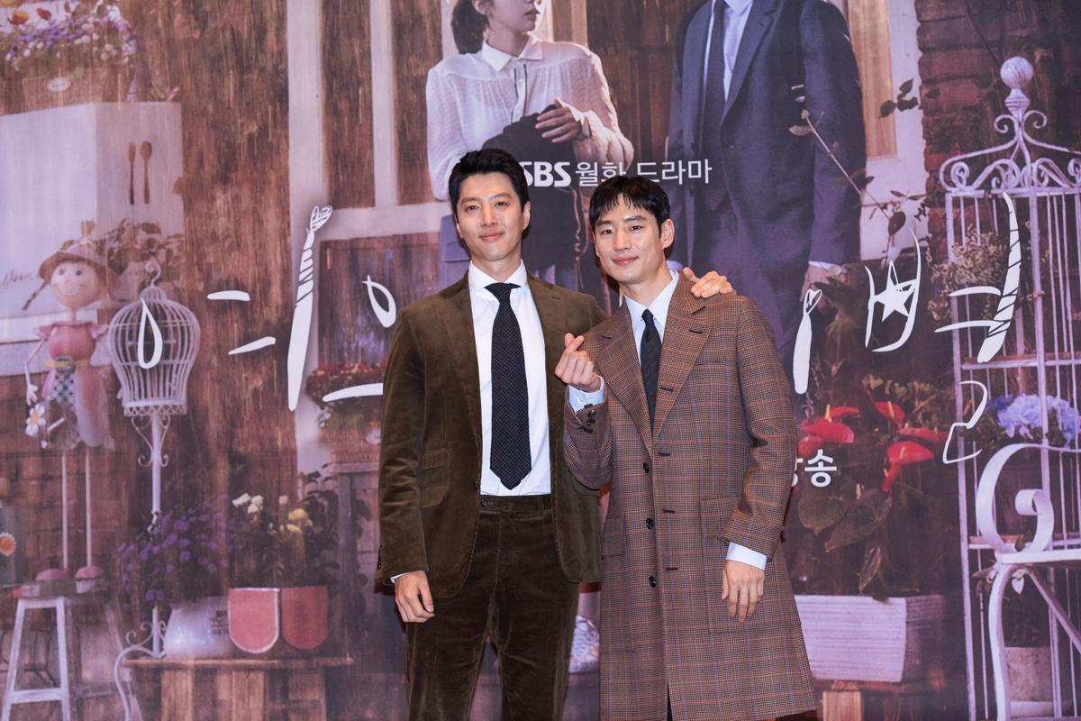 李東健笑稱李帝勳(右)在劇中擁有巨大無比的力氣,不敢給他演技建議。(KKTV提供)