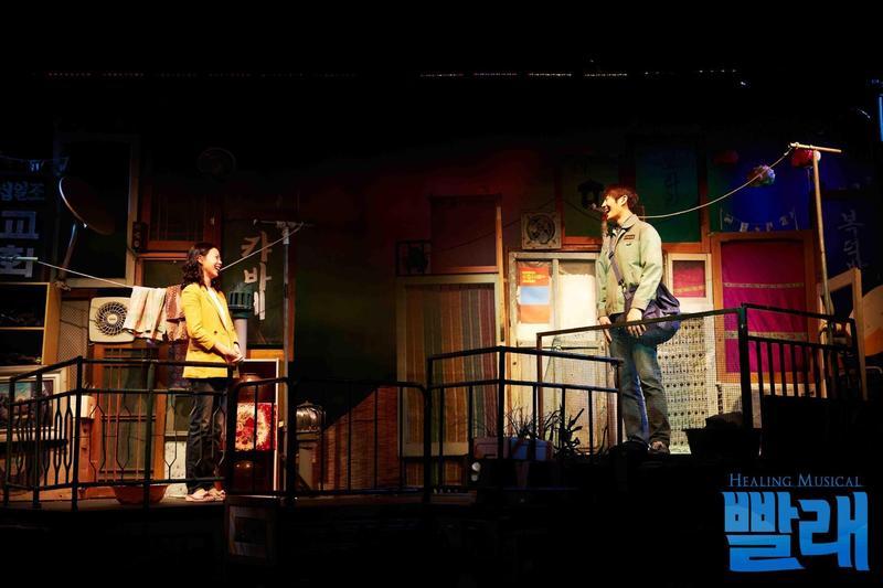 原創音樂劇《洗衣》自2005年首演後長期雄踞韓國小劇場暢銷榜,劇本更納入國小、國中的國文課本成為教材。(翻攝自《洗衣》官網)