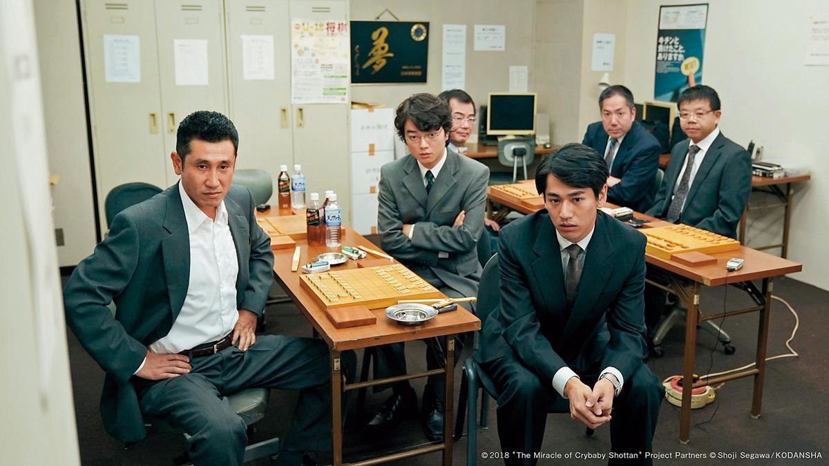 《愛哭鬼的棋蹟》改編自天才棋士瀨川晶司的真人實事,在一群好友到處奔走下,讓他破格在35歲拿到職業棋士身分認證。(可樂電影提供)