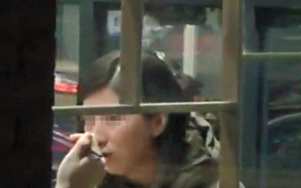 鄒女在餐廳與邱顯傑吃飯,邱拿筷子的手還被拍到。(翻攝畫面)
