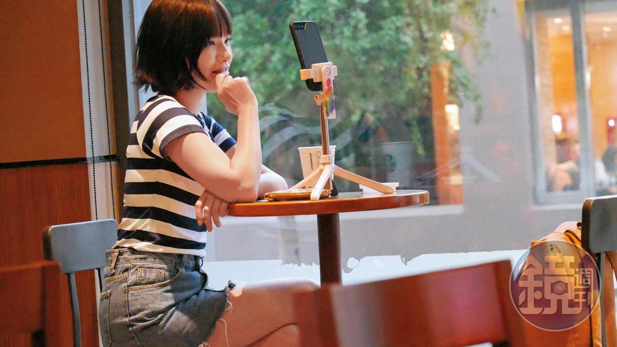 陳沂前往板橋,先坐在咖啡廳,一人對著手機自言自語直播。