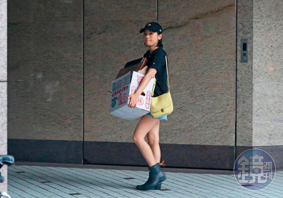 陳沂日常生活平淡,現身住處樓下,獨自扛著紙箱去回收。