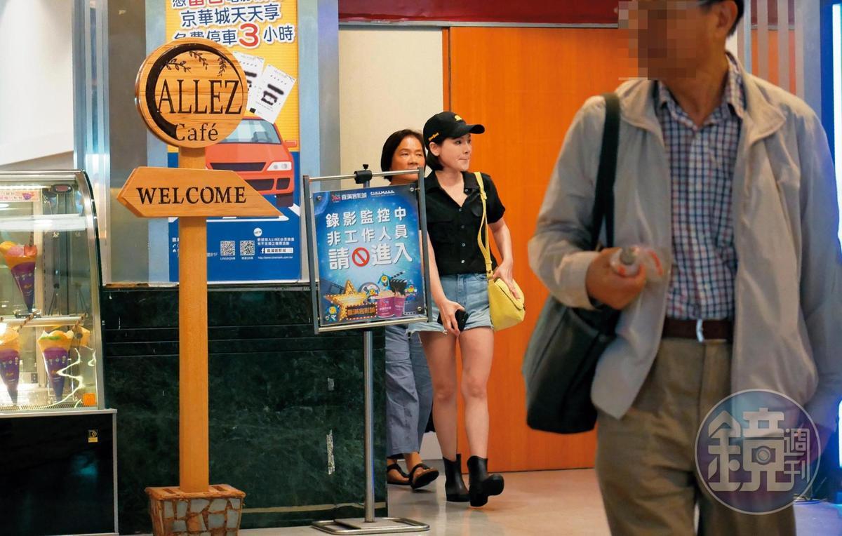 9月26日晚間,陳沂和媽媽(左)看完電影後步出影廳。