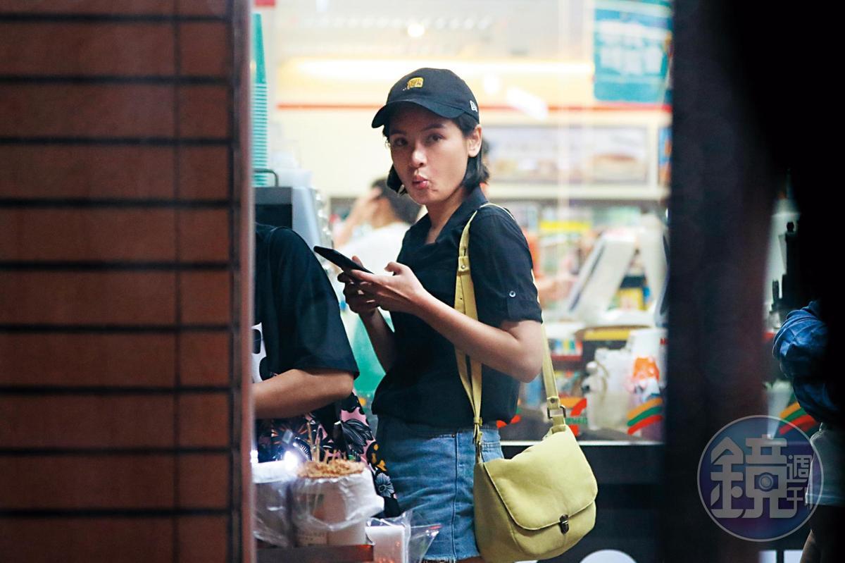 看完電影返家前,陳沂在住家附近超商滑手機 ,還不時打量,像是擔心被跟拍。