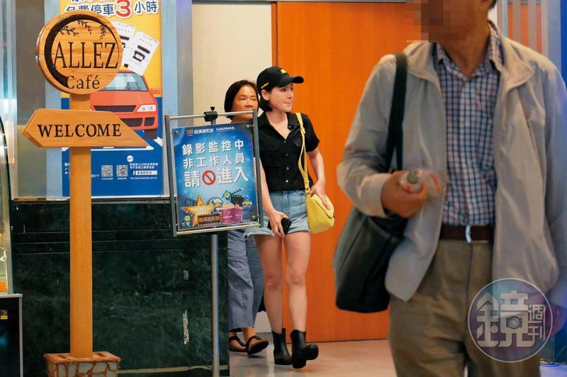 18:43 9月26日晚間,陳沂和媽媽(左)看完電影後步出影廳。